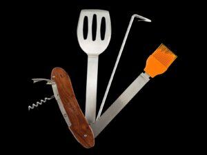 אולר כלים לגריל ומעשנה הכולל: מרית, מברשת, הוק, ופתחן מנירוסטה בציפוי עץ מהוגני